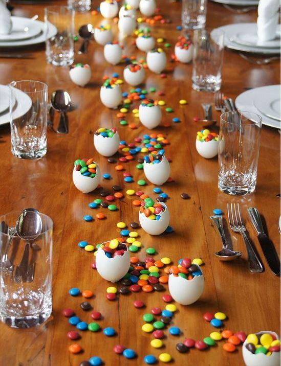 mesa com confeites ao centro