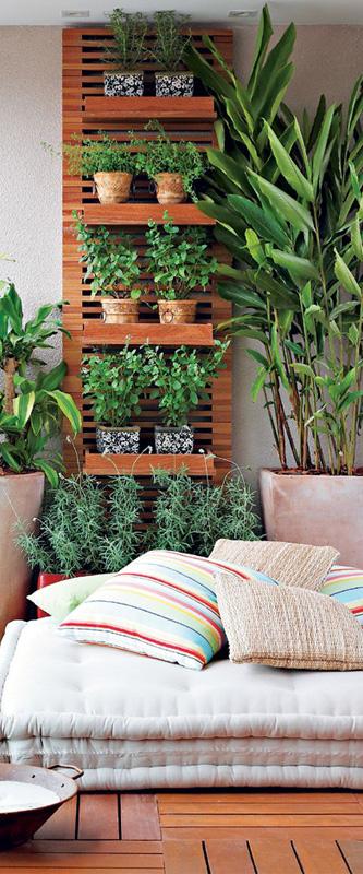 plantas no jardim vertical na varanda