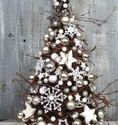 árvore de natal com enfeites brancos