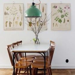 sala de jantar com arranjo de galho seco