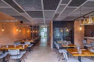 restaurante com pendentes