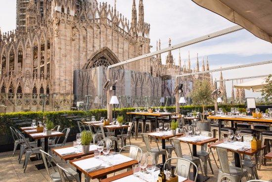 Restaurante com vista para a Duomo de Milano