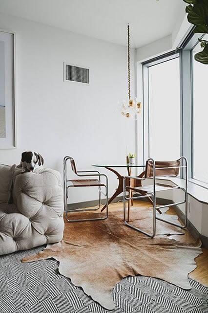 Sala de estar com sobreposição de tapetes para aquecer no inverno