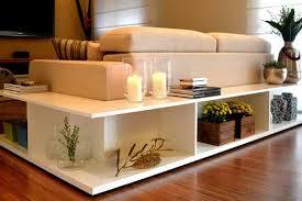 Sala de estar com velas de decoração para aquecer no inverno