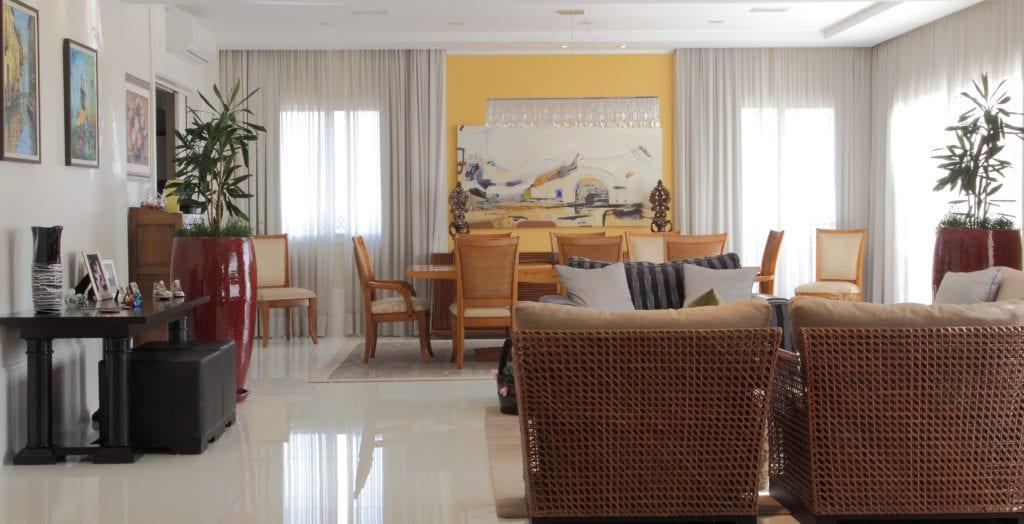 Sala de estar e jantar integradas e amplas, com cortina de tecido e persiana blackout!