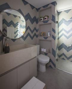 Banheiro com revestimento em Chevron