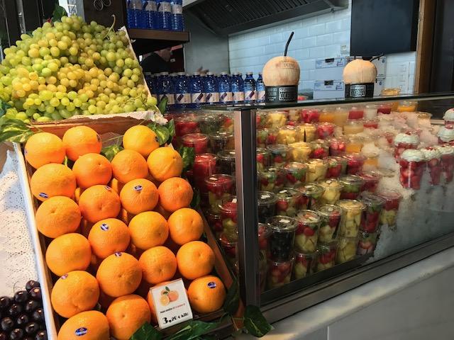 Lojas de frutas no Fachada do Mercado de San Miguel