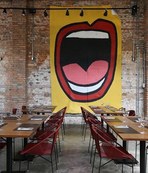 Restaurante com lambe-lambe na parede