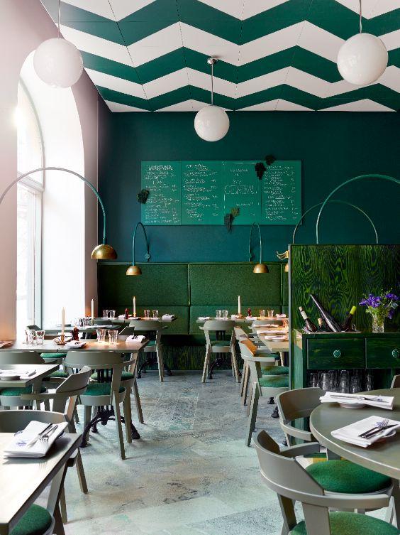 Restaurante com cores de mesma tonalidade