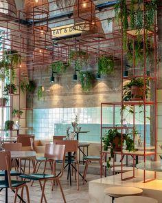 Restaurante com azulejos coloridos