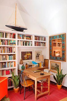 estante organizada com livros