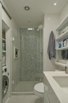 banheiro com cores claras e vidro transparente para o box