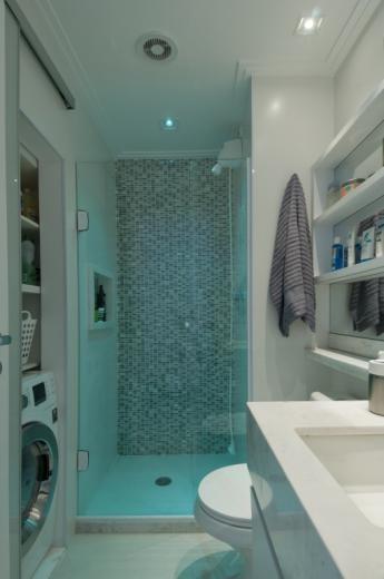 Banheiro com cores neutras, box de vidro transparente e sptos coloridos