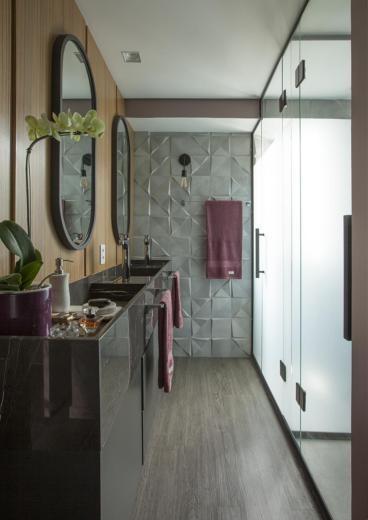 Banheiro com chuveiro duplo e box com detalhes em preto