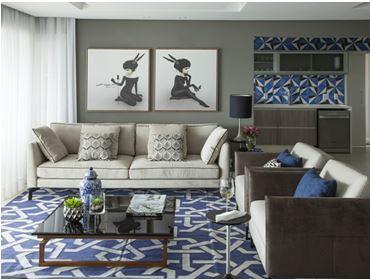 sala de estar com tapete em forma geométrica e frontão da cozinha com revestimento em forma geométrica