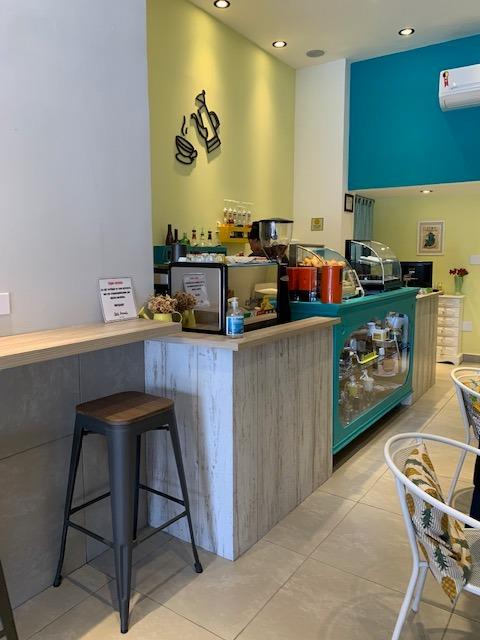 cafeteria com parede no fundo azul