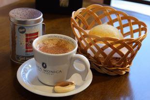 café preto e pão de queijo na cafeteria