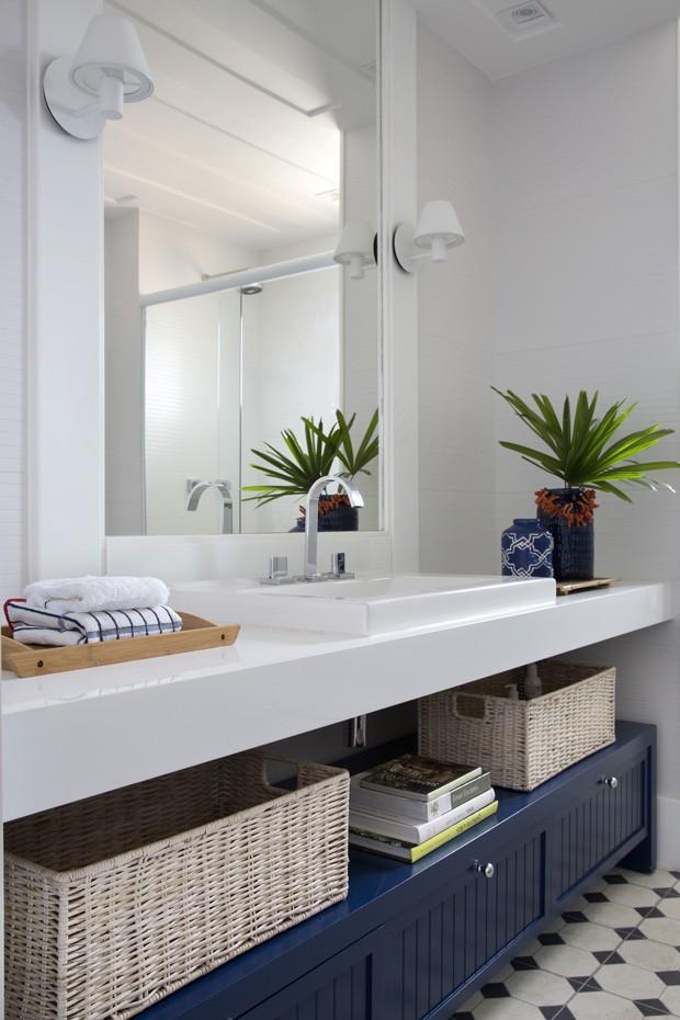 banheiro com marcenaria azul