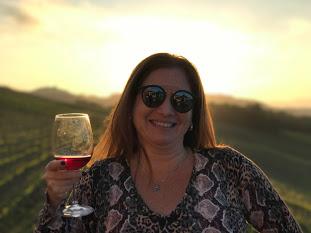karina korn com sua taça de vinho