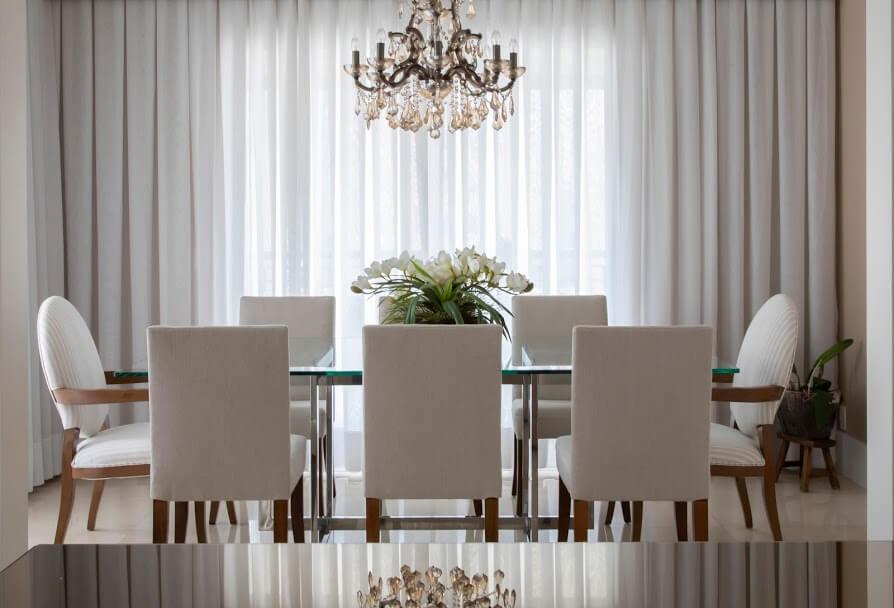 sala de jantar com estilo clássico e com lustre de cristais