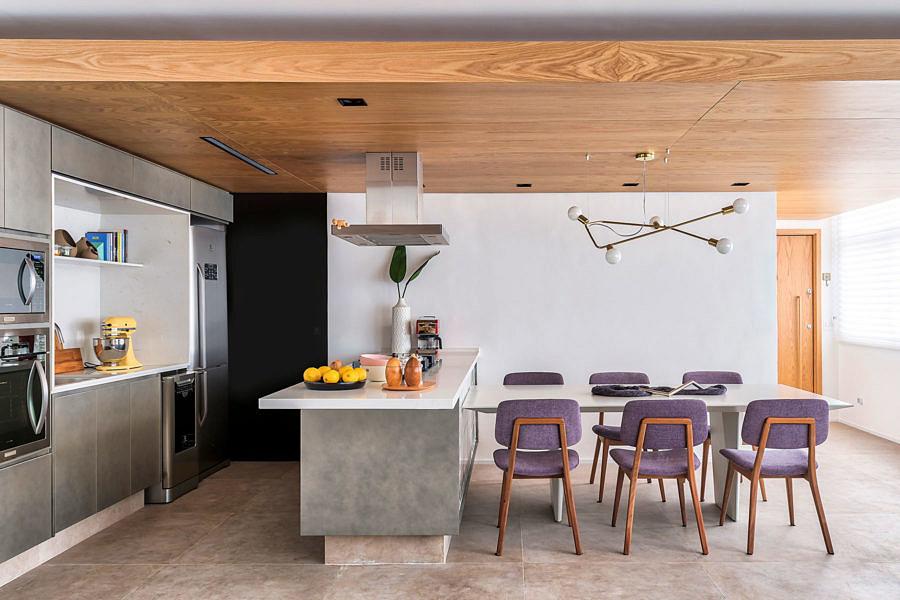 Sala de jantar contemporânea com lustre descolado