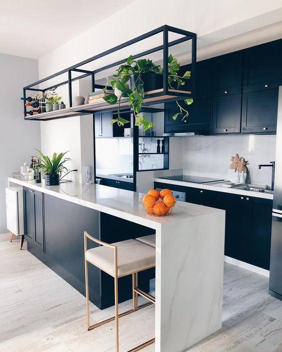 cozinha branca com marcenaria azul