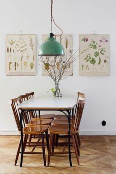 Sala de jantar vintage com pendente retrô