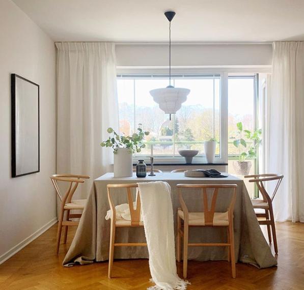 sala de jantar com decoração escandinava e pendente com cor neutra