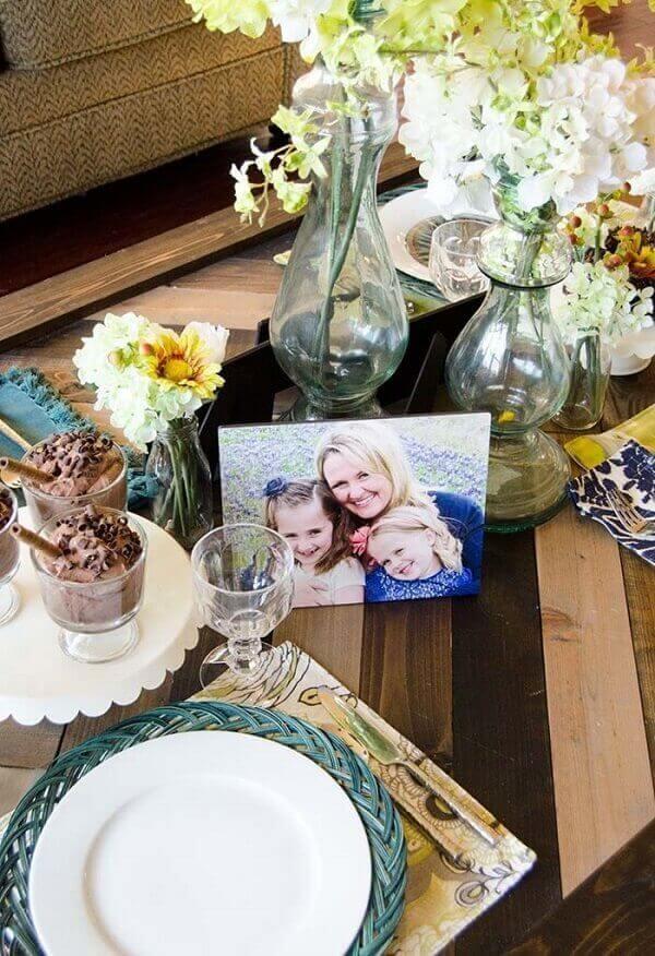 mesa posta para o dia das mães com foto da mãe