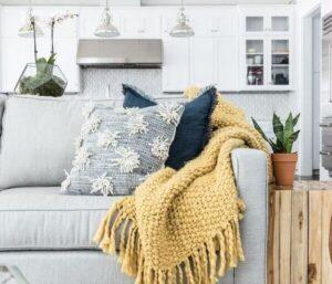 manta amarela de crochê no sofá - repaginando a casa