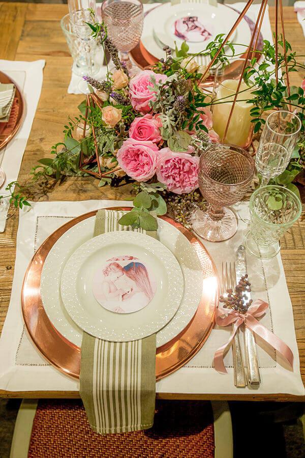 mesa posta para o dia das mães com cores rosas e bronze