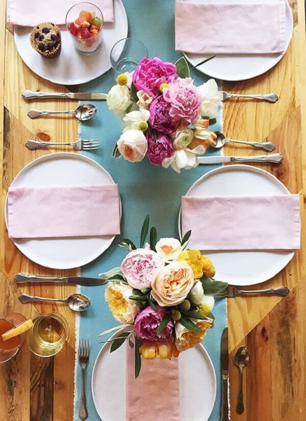 mesa posta para o dia das mães com cores rosa e azul