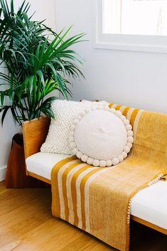 manta amarela no sofá