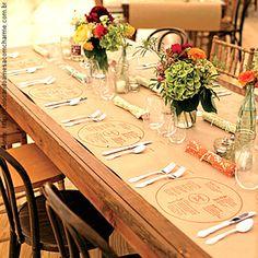 mesa posta com papel kraft