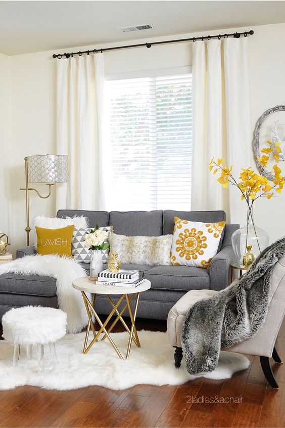 manta de pele sintética no sofá e poltrona