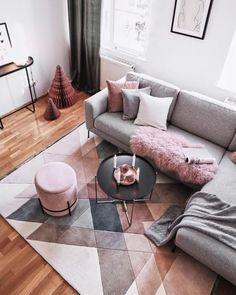 manta cinza colocada de forma despojada no sofá