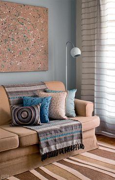manta listrada de forma alinhada no sofá