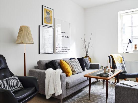 manta branca na lateral do sofá cinza