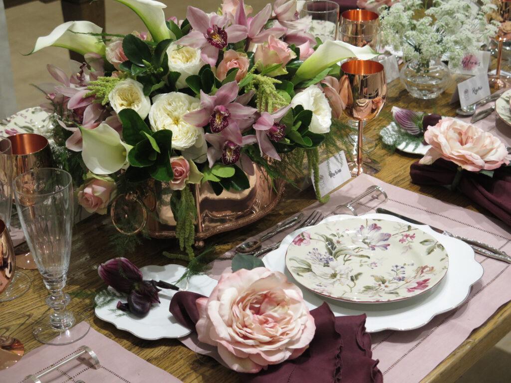 mesa posta para o dia das mães com detalhes rosas e lilás
