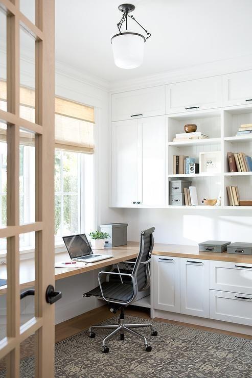 Home office com marcenaria em branco e detalhes em madeira