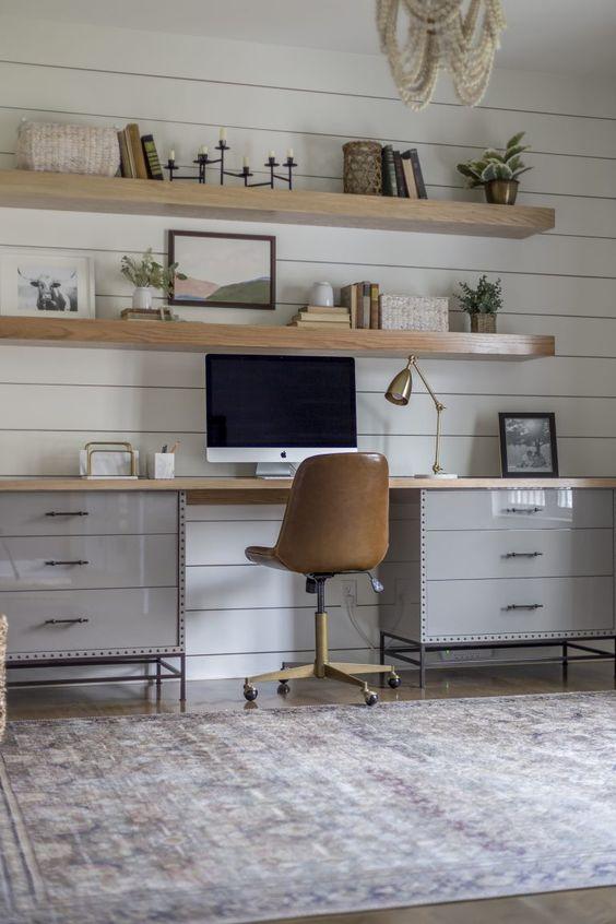 home office com marcenaria em cinza
