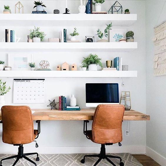home office branco com detalhes em marrom e cadeira ergométrica