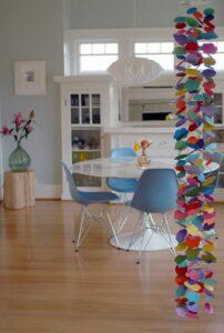 Sala com um móbile decorativo colorido