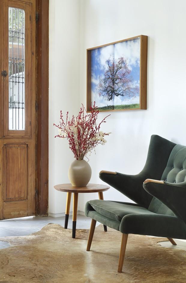Sala com poltrona e quadro como obra de arte