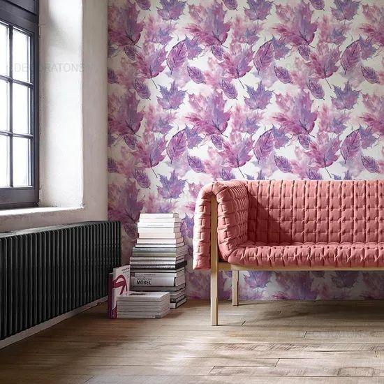 Sala com papel de parede tema outono em tonalidades lilás