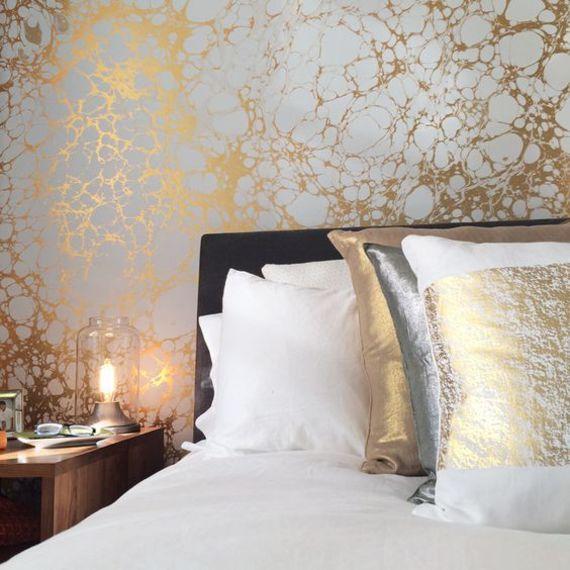 Quarto de casal com papel de parede com detalhes em dourado