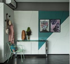 sala com pintura em formato de triângulo verde