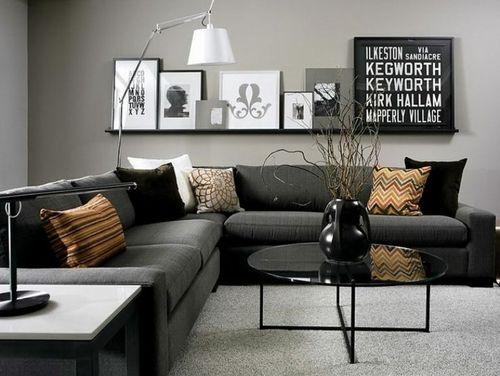 sala de estar com quadros na prateleira