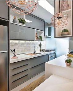 cozinha com iluminação geral e detalhe para a fita de led embaixo do armário superior
