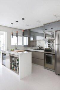 cozinha com revestimento metálico na parede, armário com vidro e piso porcelanato de tamanho grande
